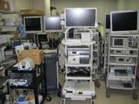 手術室に並ぶ機器の写真