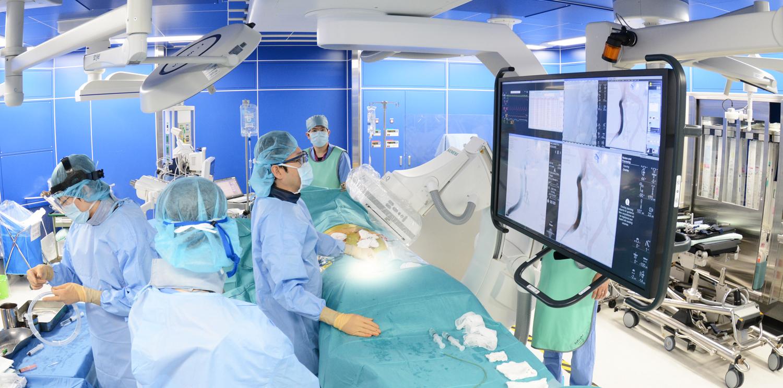 手術室におけるモニターを確認しながらの手術風景
