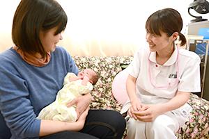 患者さんと歓談する看護師の写真