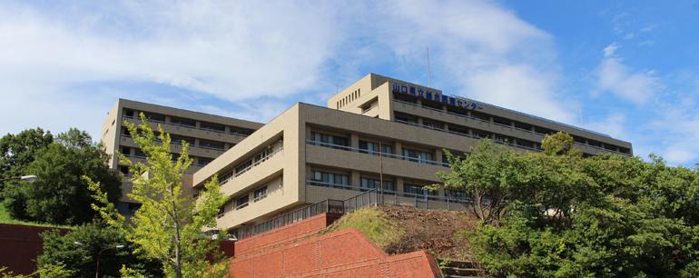 病院の全景写真