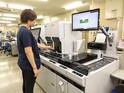 機器を確認する臨床検査技師
