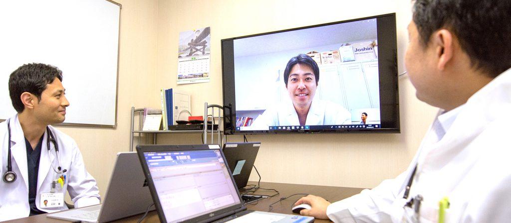 遠隔テレビ会議システムでミーティングをする へき地医療の医師たち