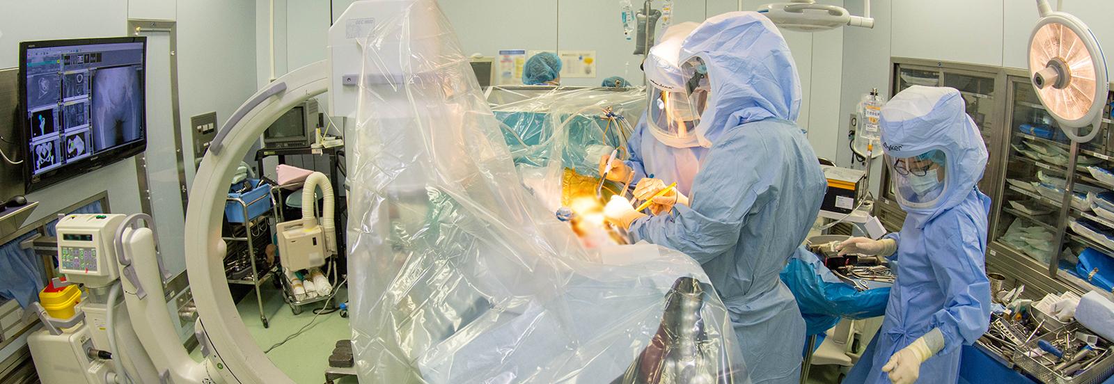 人工関節センターにおける防護服着用の手術風景