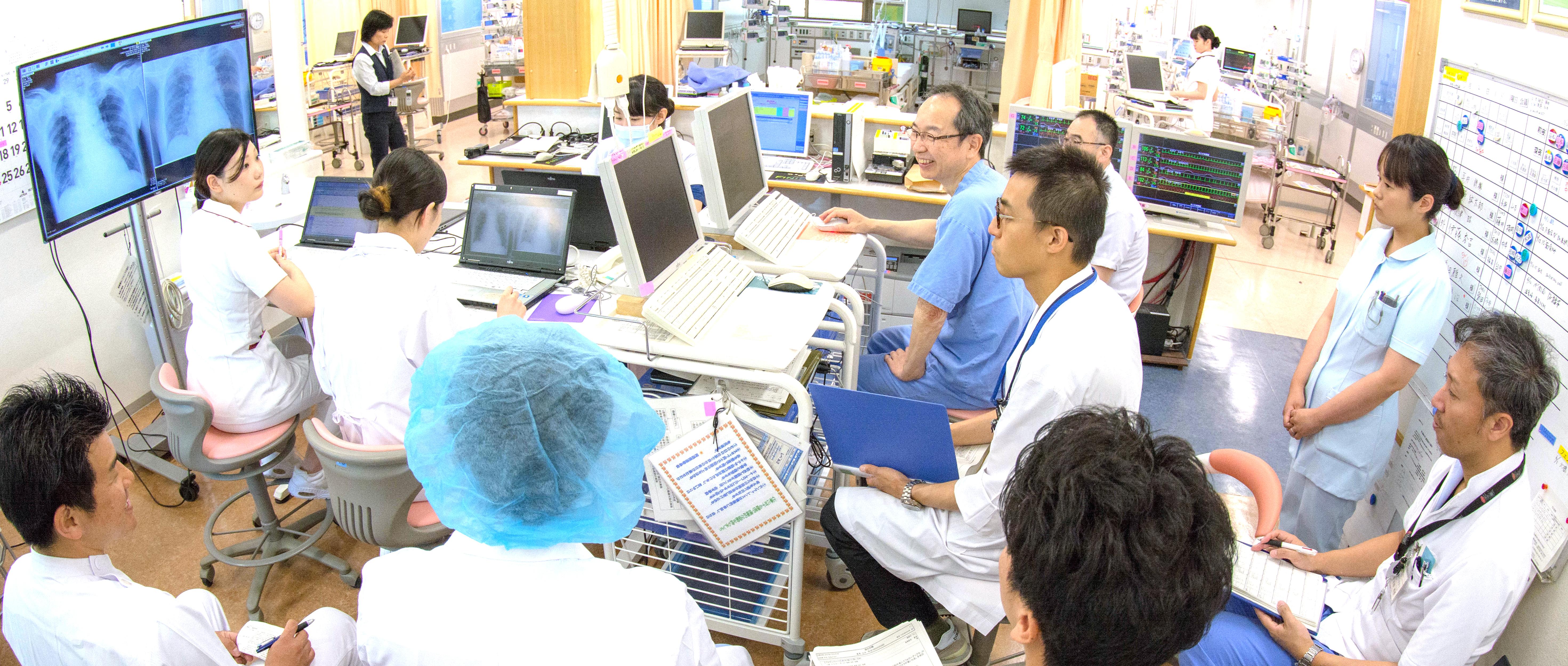 ICUの医師や看護師によるミーティング風景