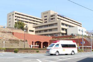 病院全景と救急車の画像