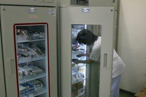 注射薬管理室の巨大冷蔵庫の写真